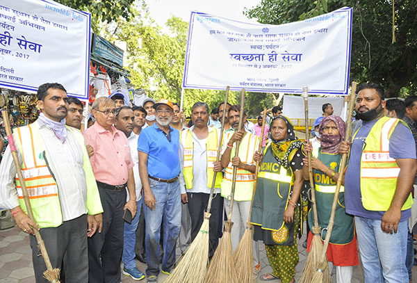 "The Minister of State for Tourism (I/C) and Electronics & Information Technology, Shri Alphons Kannanthanam participating in the ""Swachhata hi Sewa"" Abhiyan, in New Delhi."