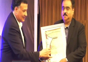 Mr Yogi Shergil while presenting award to Mr. Dilip Datwani